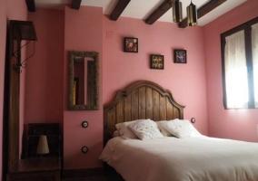 Dormitorio de matrimonio con paredes en rosa
