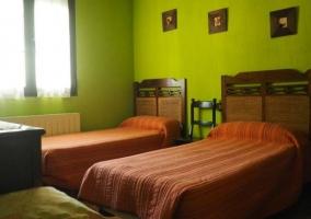 Dormitorio doble con paredes en color verde