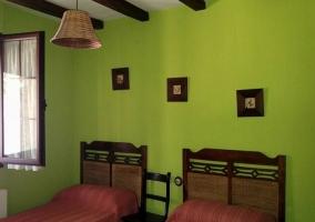 Dormitorio doble con paredes verdes