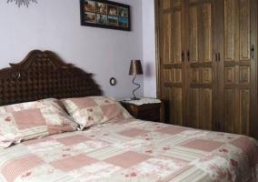 Dormitorio grande con armarios de madera