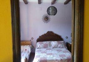 Dormitorio grande con la cama individual