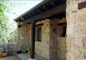 Vistas del porche con paredes de piedra