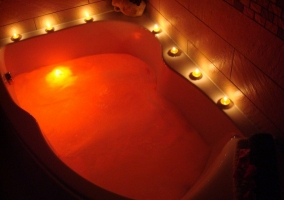 Jacuzzi con velas y luces relajantes