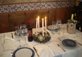 Mesa con velas puestas