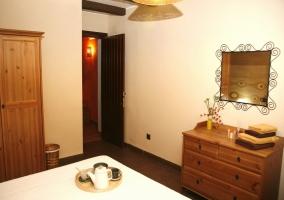 Dormitorio con cómoda de madera
