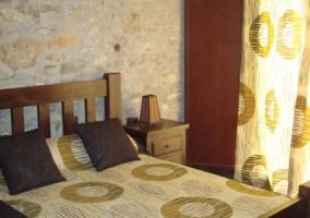Habitación con ropa de cama y cortinas a juego