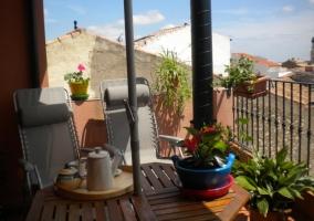 Terraza decorada con macetas