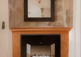Sala de estar con chimenea y espejo sobre ella