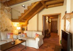 Sala de estar con chimenea y escaleras