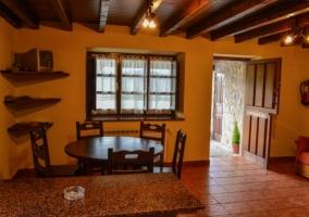Sala de estar con mesa de comedor en madera y sillones
