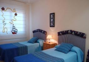Dormitorio doble con colchas en color azul
