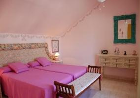 Dormitorio doble con colchas rosas