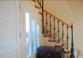 Entrada a la casa con las escaleras al lado