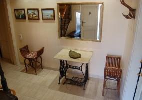 Entrada a la casa con mobiliario funcional