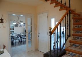 Entrada a la casa con sus escalers