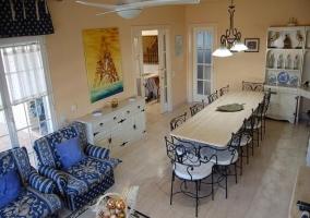 Sala de estar y comedor amplio con chimenea