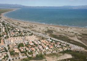 Zona del casco urbano y la playa