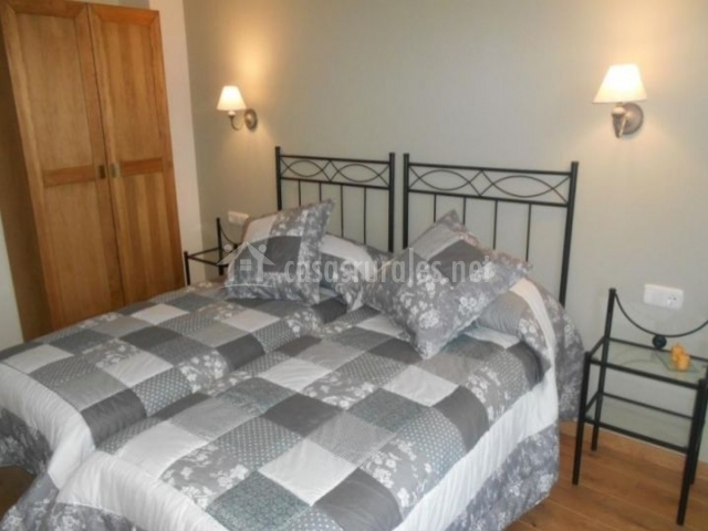 Dormitorio doble con mesillas de cristal