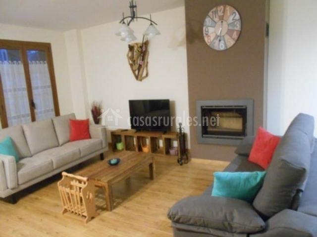 Sala de estar amplia con chimenea y suelo