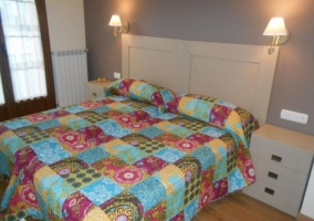 Dormitorio doble con colchas coloridas