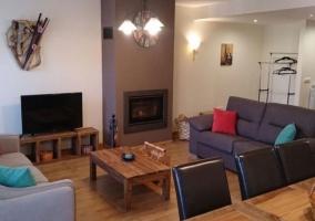 Sala de estar con mesa para comer y suelos de madera