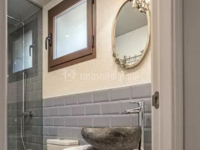 Aseo de un dormitorio en blanco y gris