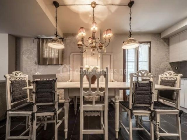 Comedor de la casa con sillas en blanco y gris