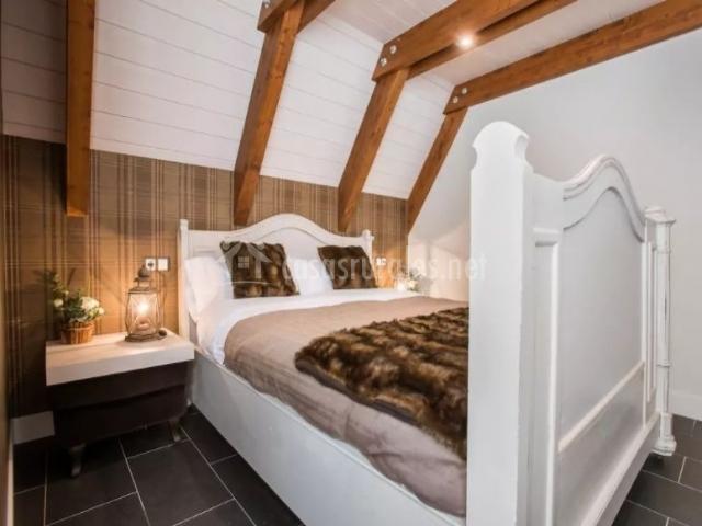 Dormitorio de matrimonio con estructura en color blanco