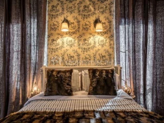 Dormitorio de matrimonio con grandes ventanales
