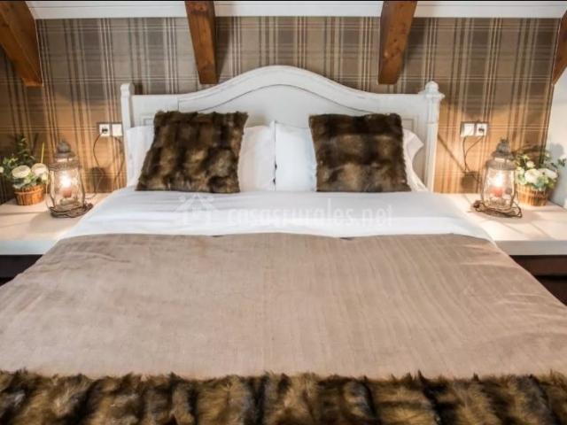 Dormitorio de matrimonio con sus mantas