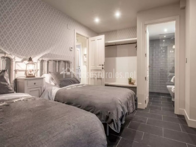 Dormitorio doble en blanco y gris