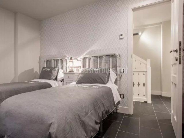 Dormitorio doble en blanco y tonos grises