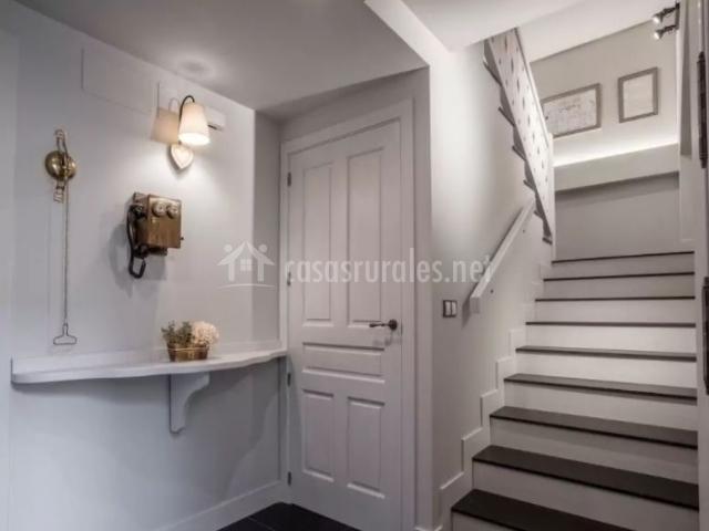 Entrada a la casa en blanco con escaleras y detalles