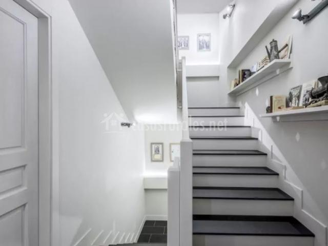 Pasillos de la casa con en blanco y gris