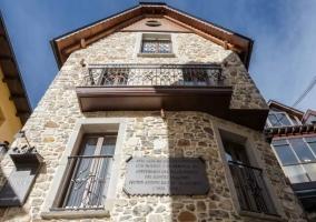 Amplias vistas de la fachada en piedra con ventanas