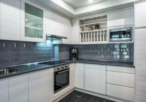 Cocina con muebles en blanco y paredes grises