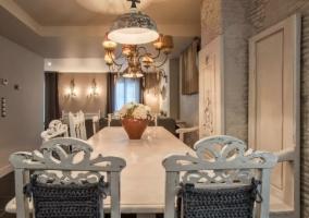 Comedor de la casa con la mesa en blanco