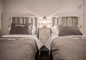 Dormitorio doble en blanco y tonos plata