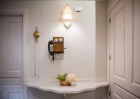 Entrada a la casa en blanco con detalles