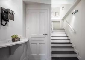 Entrada a la casa en blanco y gris