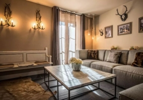 Sala de estar con mesa de cristal y luces