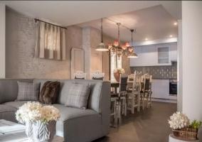 Sala de estar con sillones en color gris
