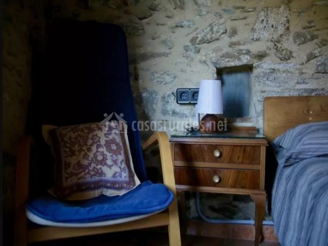 Dormitorio doble con silla y mesillas