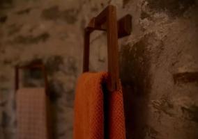 Aseo de la casa con toallas de colores
