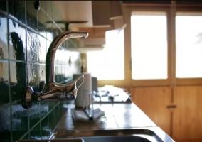 Cocina de la casa con frontal en verde