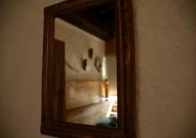 Dormitorio doble con cabecero en madera y vistas