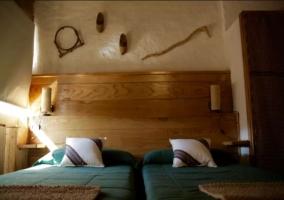 Dormitorio doble con colchas en verdes