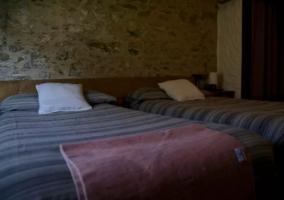 Dormitorio doble con paredes de piedra originales