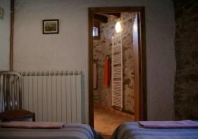 Dormitorio doble con paredes de piedra tradicional