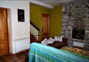 Sala de estar amplia con la chimenea y los sillones